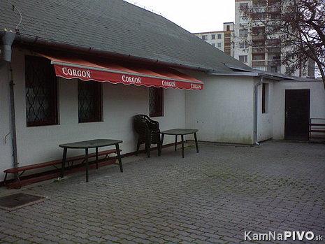 terasa,v lete aj nejaké stoly
